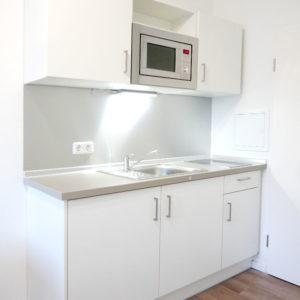 Küche in Studentenwohnung mit Mikrowelle