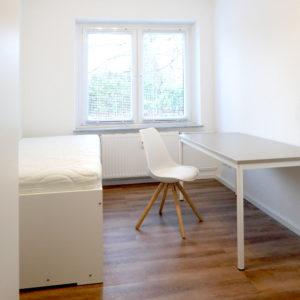 Wohnung für Studenten in Hamburg mit Stuhl, Tisch und Bett